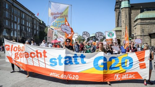 Demonstrators practice anti G20 protest activities, Hamburg, Germany - 27 May 2017